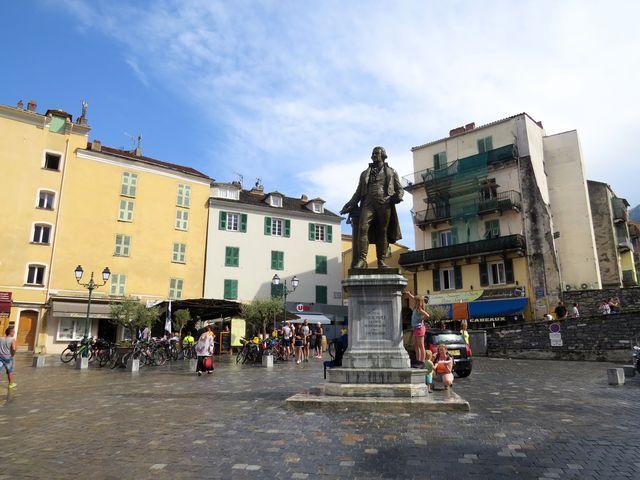 socha Pascala Paoliho na náměstí v Corte