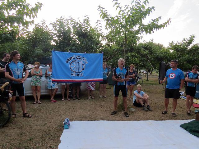 slavnostní vztyčení nové vlajky vilických cyklistů