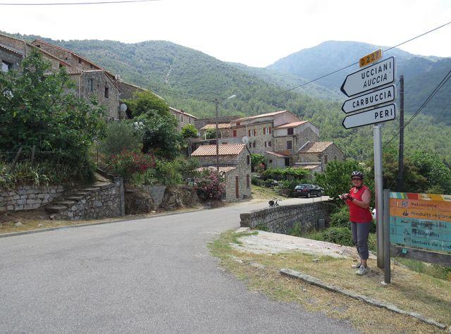 sjedeme do Ucciany, abychom pak vystoupali do městečka Carbuccia