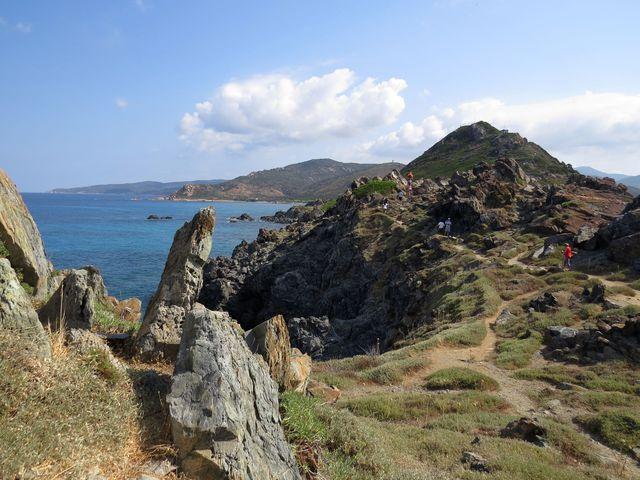 procházka pobřežními skalami je překrásné přírodní divadlo