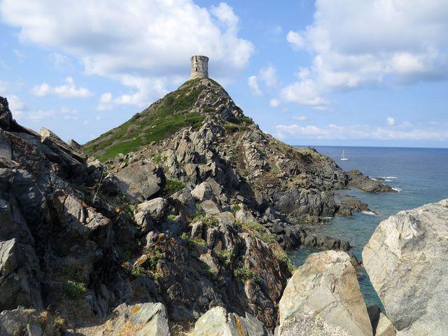 věž připomíná obří šachovou figurku