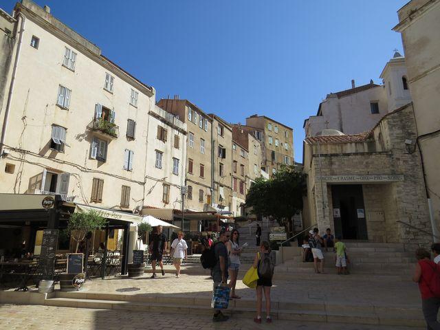 na začátku schodů vedoucích z přístavu k citadele je kaple sv. Erasma, patrona rybářů a námořníků