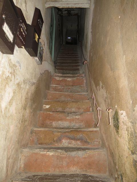 v každém starém domě jsou strmé schody