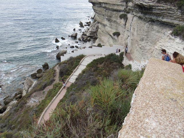 od kaple sv. Rocha vedou schody k moři