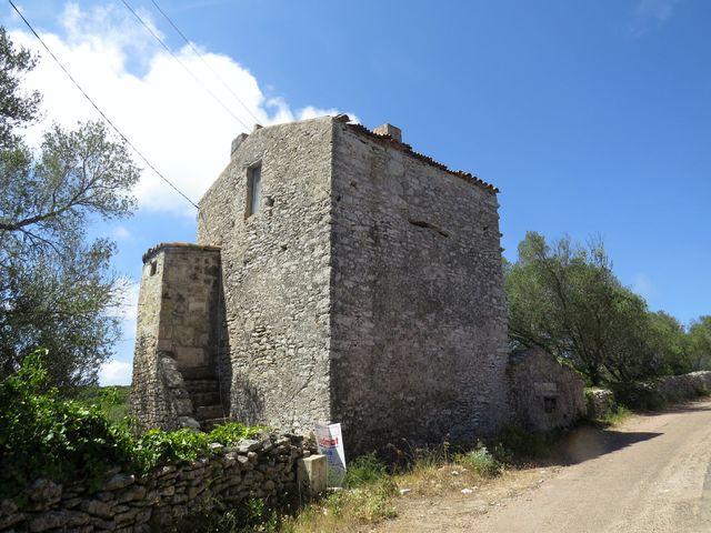 vesnice Saint Jean na mysu Pertusato - domy většinou z kamene