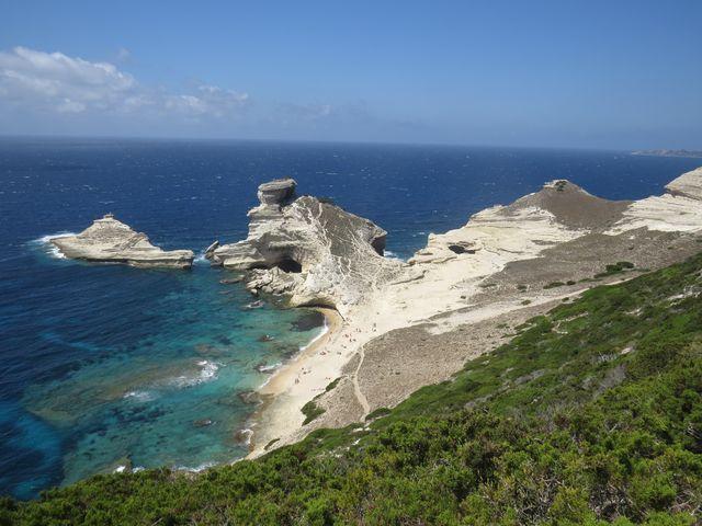 100 metrů pod námi je pláž a jeskyně sv. Antonína