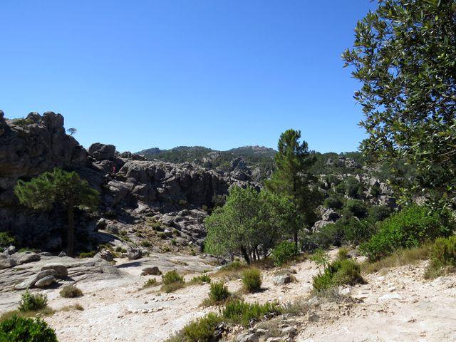 v údolí těchto skal je koryto říčky Palavesani