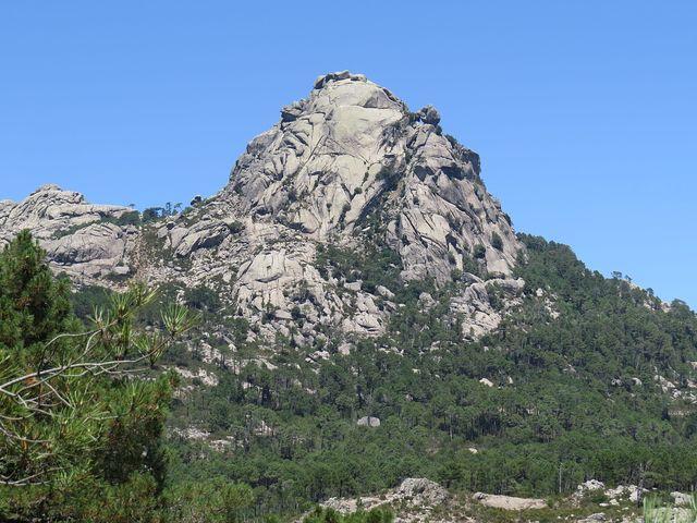 při pozorném podívání najdete vpravo od vrcholu skalní okno