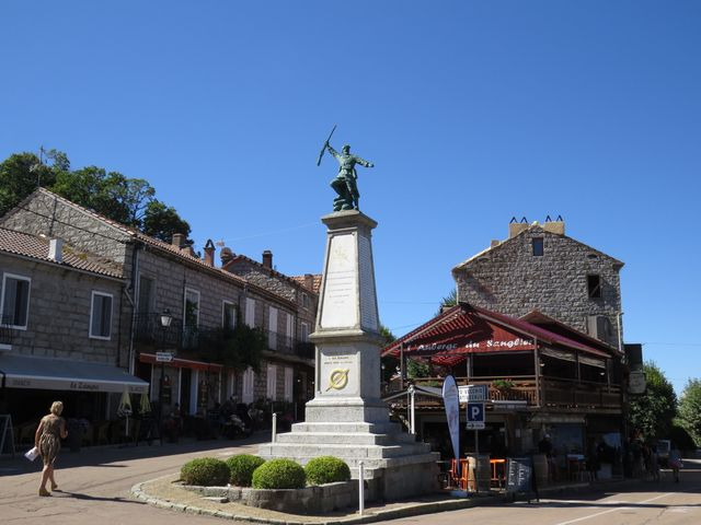 náměstí v Zonze - ulicí vlevo jsme včera přijeli, vpravo dolů odjíždíme do Levie