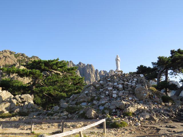 u sochy Panny Marie Sněžné je mnoho děkovných destiček