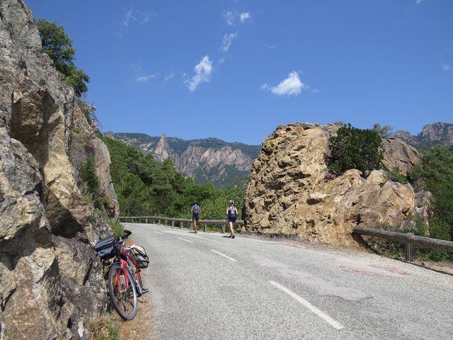 v hloubce na dně údolí teče řeka Solenzara