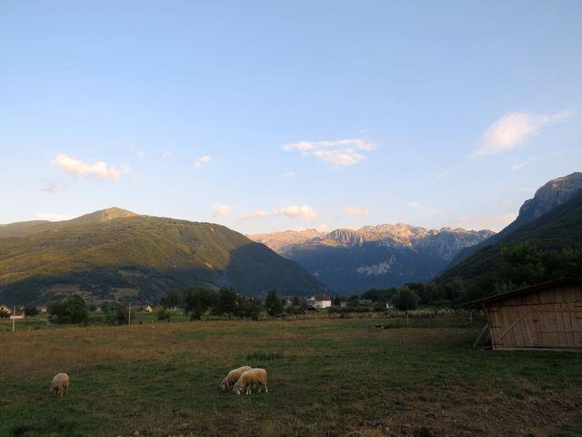 výhled k Vusanje, poslední vesnici před hranicí s Albánií