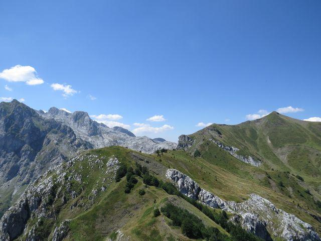 trasa pokračuje pěšinou po hraně horského amfiteátru