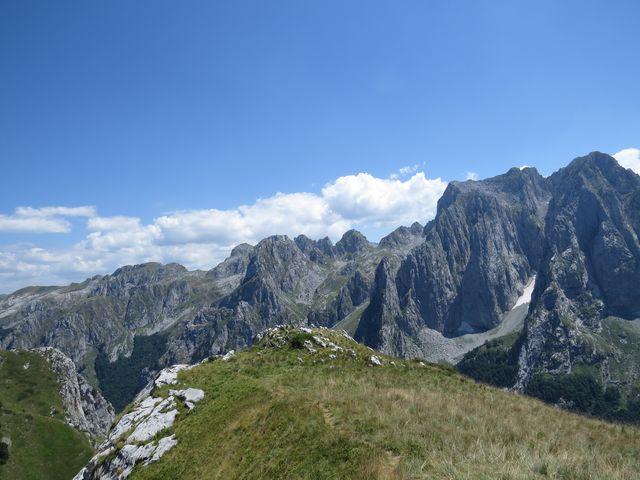 masiv Karanfili - ostré vrcholky dosahují výšky kolem 2 500 metrů nad mořem