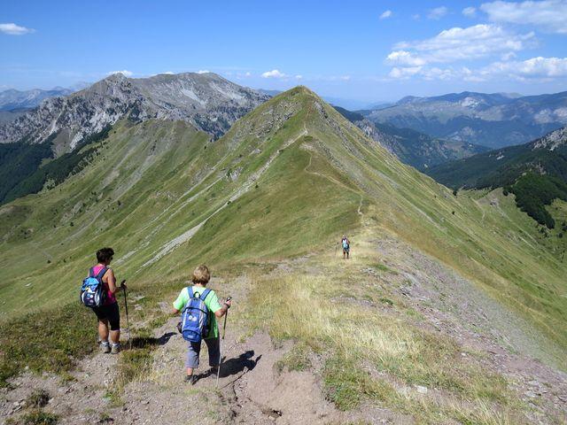 dolů z Taljanky, vzhůru na Popadiju (2 057m), v pozadí Velký vrch (2 190 m)