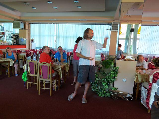 při čekání na snídani popsal průvodce Martin Mitaš podrobně program dne