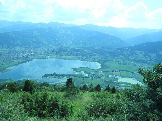 Plavské jezero je 4,5 km dlouhé a 2 km široké