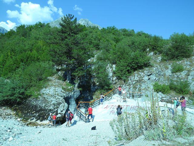 Grlo Skakavice - vodopád řeky Skakavice mizí hrdlem do krasového podzemí