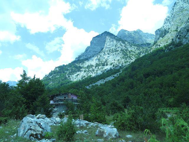 osamělý dům v údolí Ropojana
