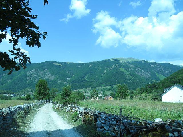 pod hřebenem stoupá z Vusanje údolí Zarunica, východiště na vrch Bora a Zlou Kolatu