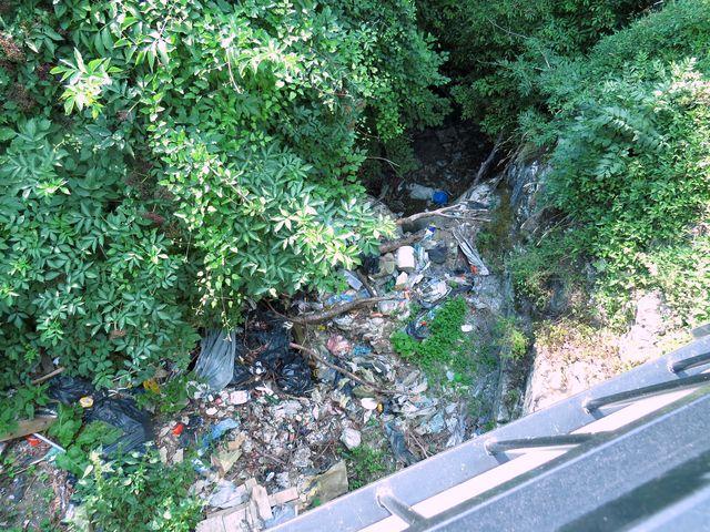 pohled z mostu do koryta horského potoka