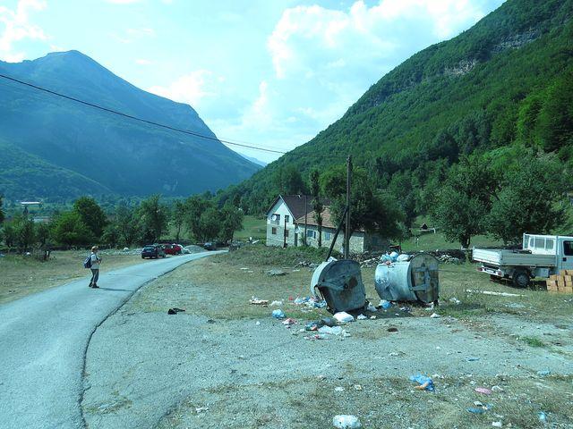 albánská vesnice Vusanje v Černé Hoře - vlevo hřeben nazývaný Vezírova brada