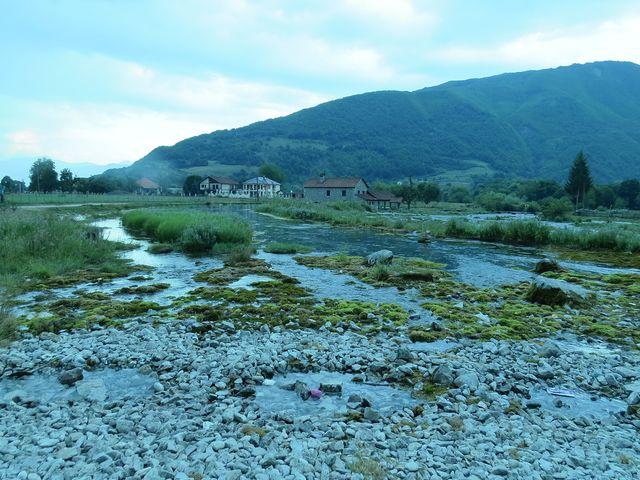 mohutný vývěr křišťálové vody u Gusinje