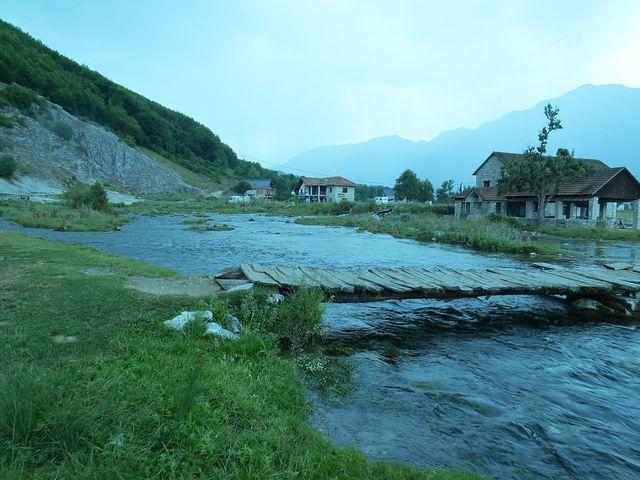 bývalý vodní mlýn je dnes vybydlený, v pozadí nedávno vzniklá hospoda