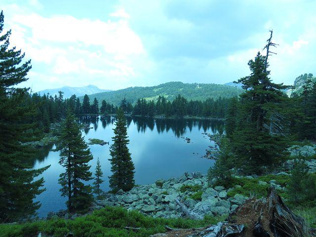 břehy jezera tvoří kamenná moréna