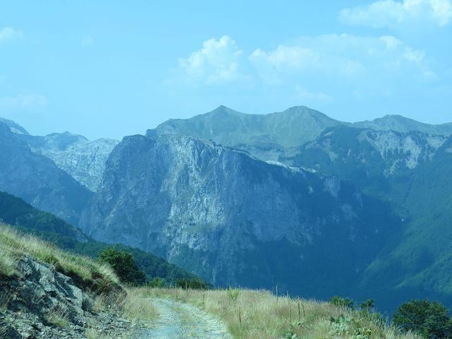 masiv Volušnice spadá příkře do údolí Grbaje, špičatá Taljanka a Popadija tvoří hranici s Albánií
