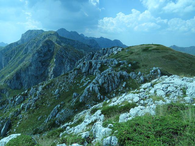 Maja e Podgojs, 2 021 m, v pozadí Karanfili