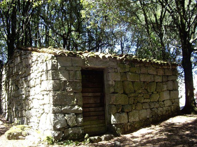 kaple vybudovaná z kamenů původního objektu - foto Karla Korbelová