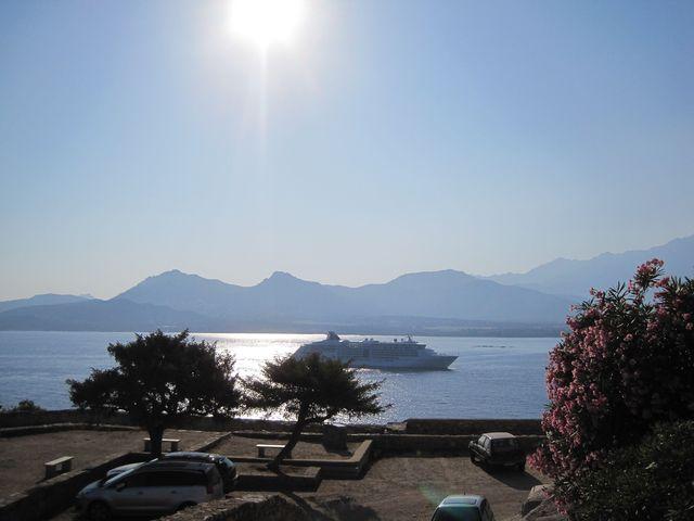 vjezd do přístavu Calvi - slunce je nejmocnější
