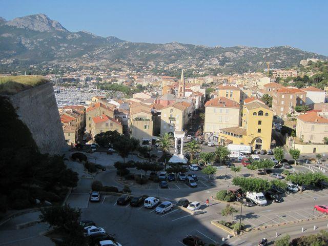 Calvi - město a přístav pod citadelou