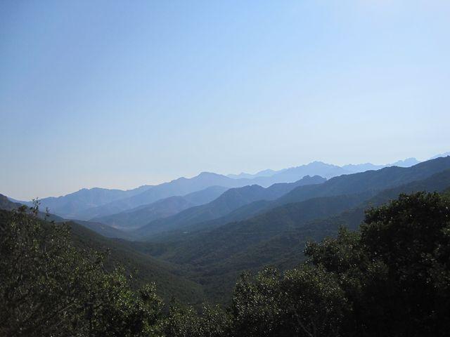 tajemné korsické hory - výhled ze sedla do vnitrozemí