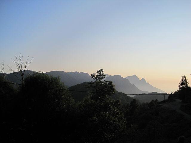 podvečerní výhled na horské štíty