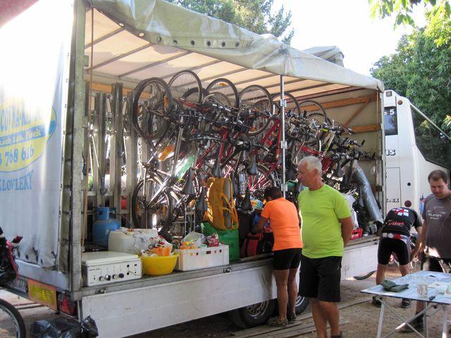 někteří cyklisté odjedou autobusem do sedla