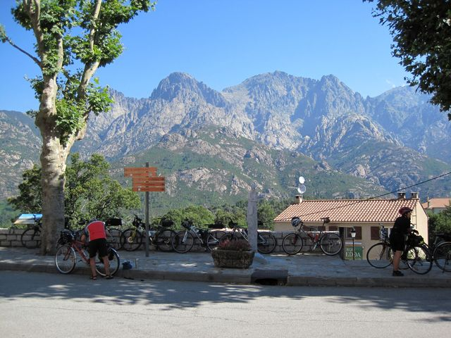 železnice umožňovala turistům přístup do oblasti horských štítů - odpočinek v Bocognano