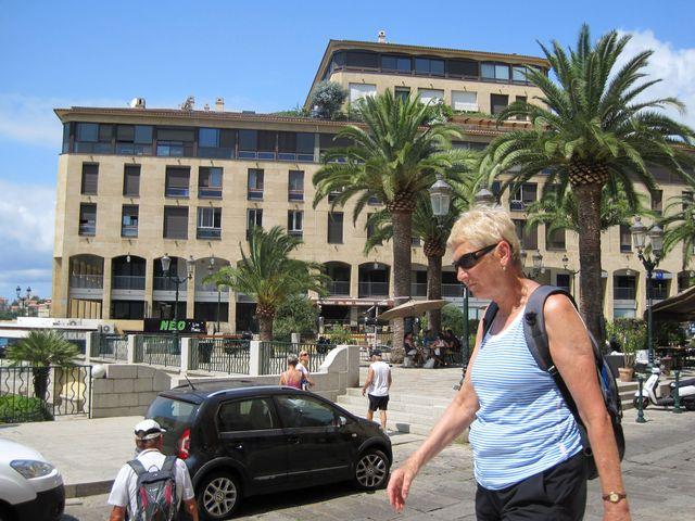 Karla Korbelová, turistka-překladatelka, na náměstí před katedrálou