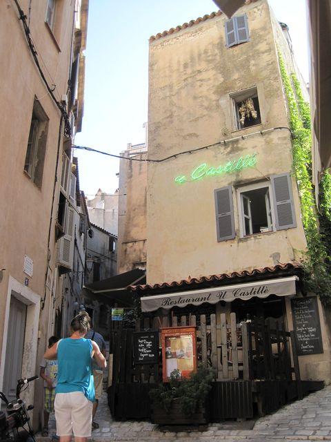 bludiště úzkých uliček v historickém jádru města
