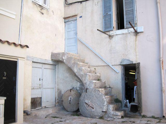 tyto kamenné poklopy patrně chránily otvory do zásobníků