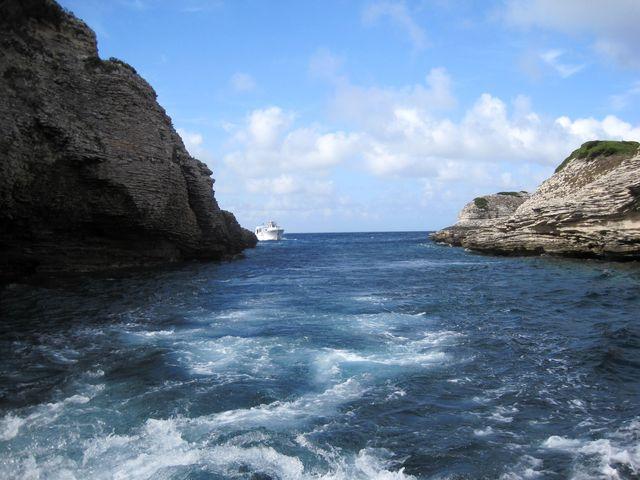 průplav do zátoky mezi ostrůvky nazvanými Fazzio