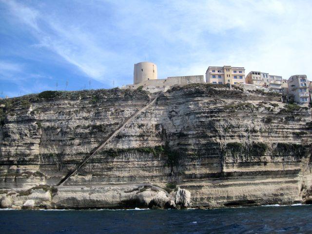 schody krále Aragonského z roku 1420 - 187 schodů od hladiny na vrcholek skály prý vytesali za jedinou noc