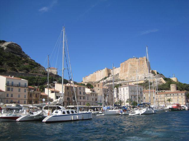 výhled z přístavu na hradby starého města