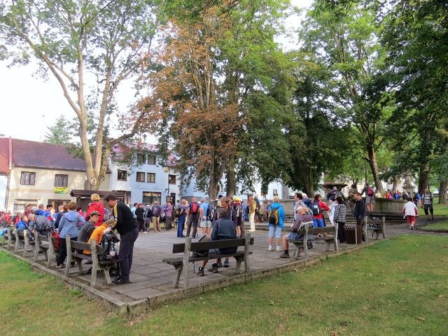 turisté se scházejí v parku na náměstí