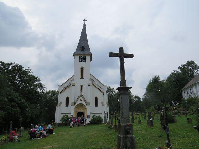 jediné dochované stavby ve Zvonkové jsou kostel a vedle stojící dům