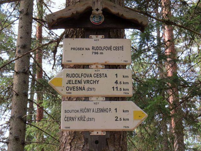 rozcestník na Rudolfově cestě ukazuje situaci na trase Černý Kříž - Ovesná