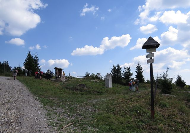z rozcestí je 1 km na vrchol Knížecího stolce