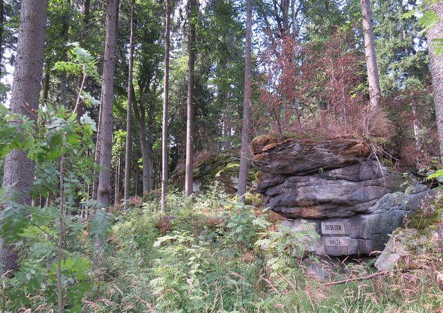 nápis k poctě lesníka Judeicha, který jako první zmapoval oblast Želnavské hornatiny; Hudeichstein, letopočet 21. 8. 1874