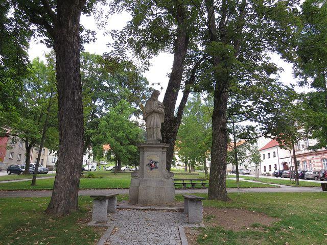 horní část náměstí se sochou sv. Jana Nepomuckého